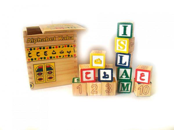 La Kaaba Cube Alphabet Arabe est un jeu qui comporte une boîte en bois solide avec 28 petits cubes bilingues en bois (arabe, français, chiffres).